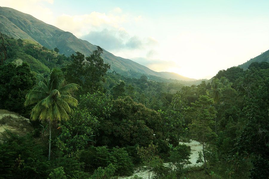 mountains beyond mountains Mountains beyond mountains treating the ills of poverty in haiti by tracy kidder amnesty now, amnesty international, spring 2004 [in the dirt-poor, politically roiling haiti, dr paul farmer treats the rural poor and confounds the public health establishment his prescription includ.